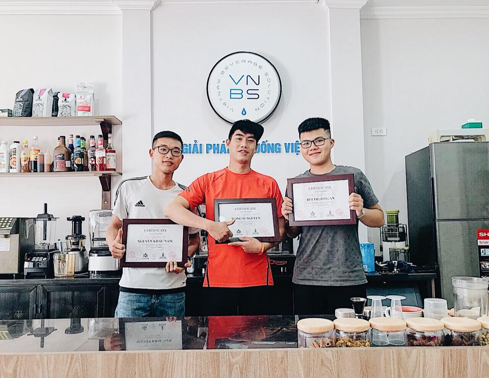 Hình ảnh học viên tốt nghiệp khoá học pha chế đồ uống tại VNBS